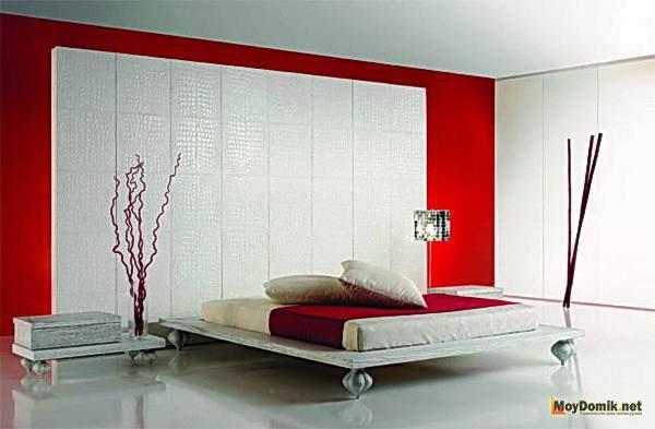 Интерьер с белой кроватью
