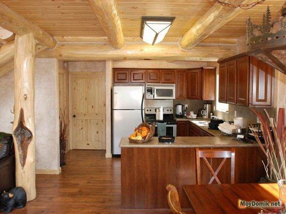 Аккуратный интерьер деревянного дома внутри