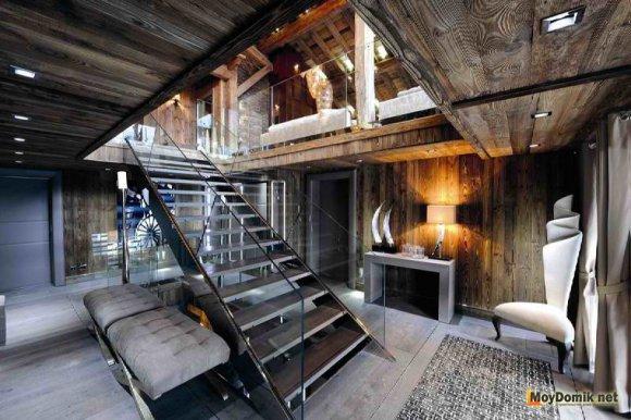 Интерьер внутри деревянного дома с элементами хай-тек