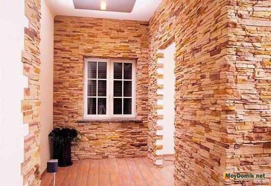 В коридоре создаем каменный интерьер