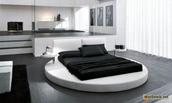Интерьер черно-белой спальни с потрясающей кроватью