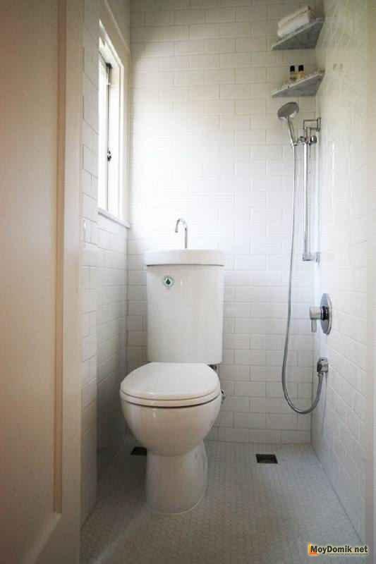 Бачок с раковиной в интерьере туалета