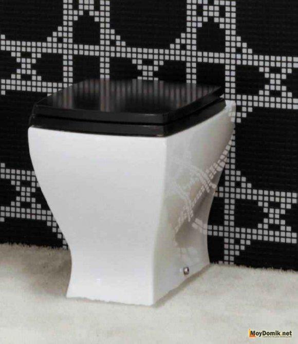 Встроенный унитаз в интерьере туалета