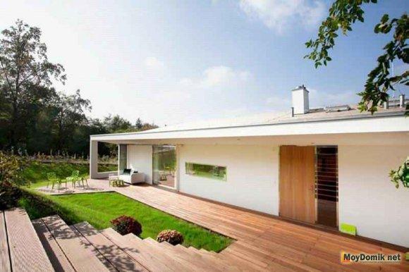 Открытая деревянная терраса возле дома
