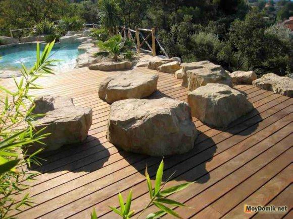 Деревянная терраса с камнями