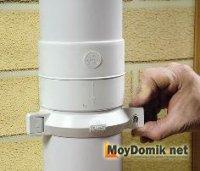 Монтаж водосточной трубы к стене хомутом