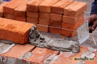 Нанесение раствора при кладке кирпича
