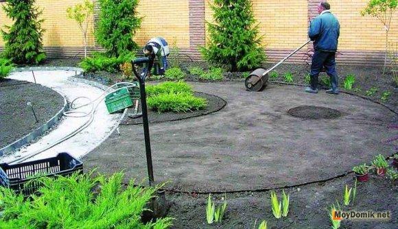 Утрамбовка почвы для газона