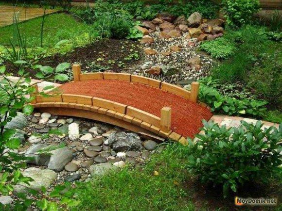 Сухой ручей с деревянным мостиком