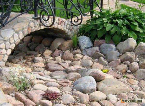 Сухой ручей с каменным мостиком