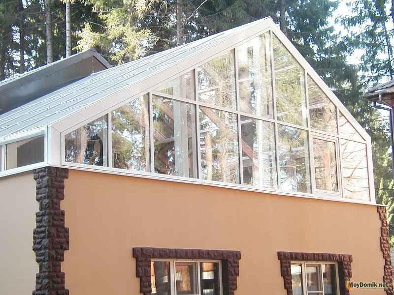 Зимняя веранда с балконом на крыше