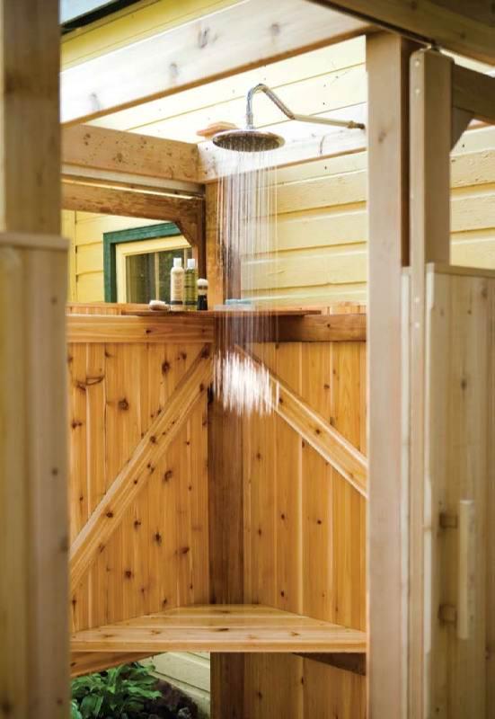 Дачный деревянный душ - организация внутреннего пространства