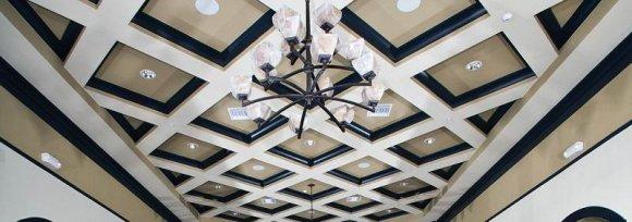 Отделка потолка в интерьере мансарды