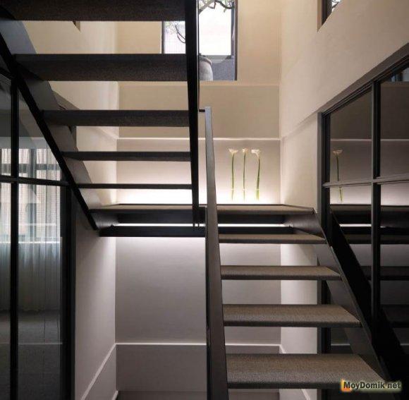 Металлическая лестница на второй этаж дома