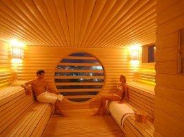 Обшитая деревянной вагонкой баня