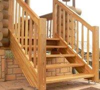 Деревянная лестница на крыльцо