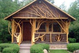 Декоративное ограждение крыльца из дерева
