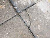 Трещины на тротуарной плитки