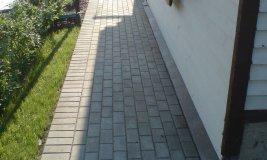 Пластиковый бордюр на примере уложенной тротуарной плитки