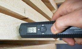 Замер влажности древесины прибором - влагомером