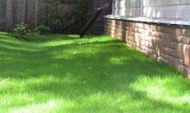 Скрытая отмостка дома с газоном