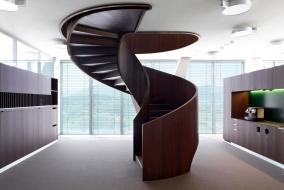 Деревянная винтовая лестница со сплошным ограждением