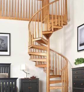 Винтовая лестница с площадкой в гостиной