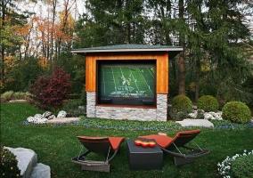 Ландшафтный дизайн загородного домас беседкой-кинотеатром