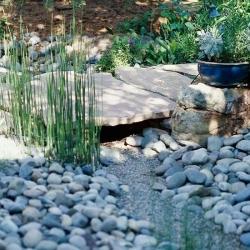Сухой ручей в ландшафтном дизайне дома