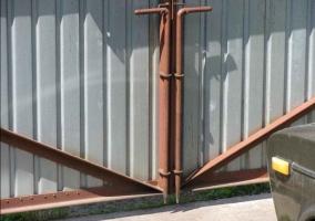 Фиксатор створки ворот (вертикальный шпингалет)