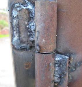Приваривание петель для распашных ворот из профнастила