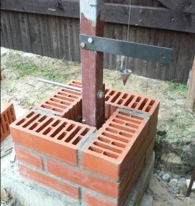 Установка кирпичных опорных столбов для ворот из профнастила