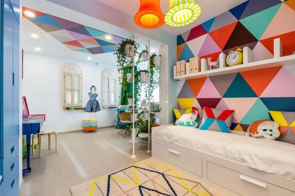 Дизайн интерьера детской комнаты для школьников с цветами