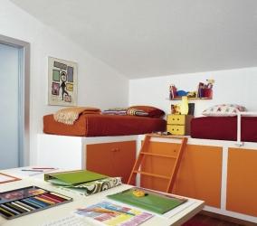 Спальная зона в комнате для школьника