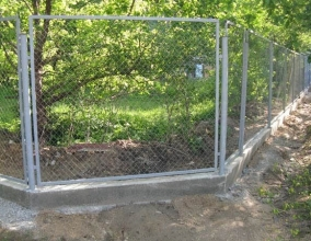Фундамент под забор из сетки рабицы