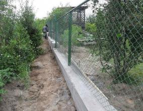 Забор из рабицы на фундаменте