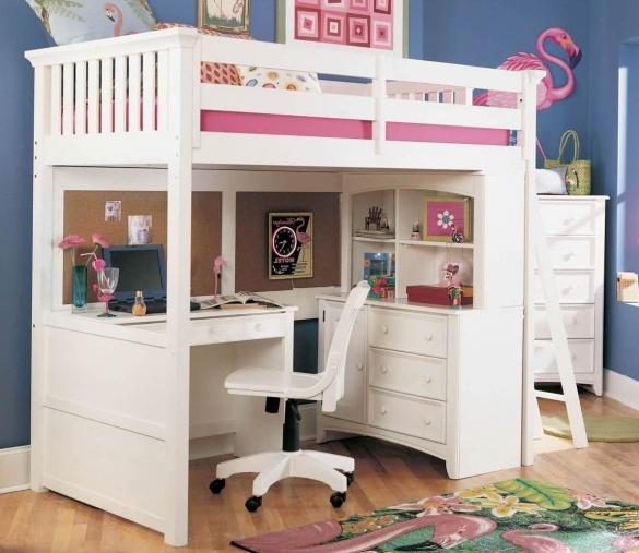 Белая двухъярусная кровать в комнате для девочки