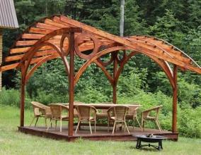 Деревянная пергола с необычной формой крыши