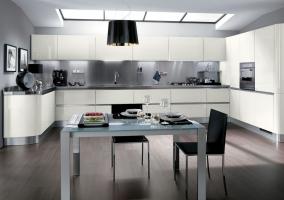 Интерьер кухни студии в хай-тек стиле