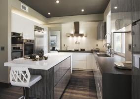 Интерьер маленькой кухни студии в нейтральных тонах