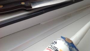 Заделка шва над подоконником герметиком