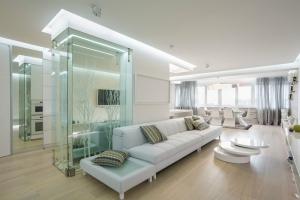 Элементы декора в интерьере квартиры-студии в белом цвете
