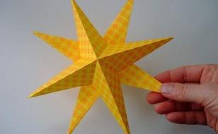 Две заготовки склеиваются и получается объемная бумажная звезда для Нового года