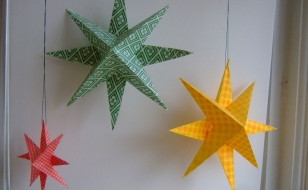 Разные варианты новогодних звезд из бумаги для украшения окон