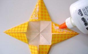 Нанести клей на края звезды