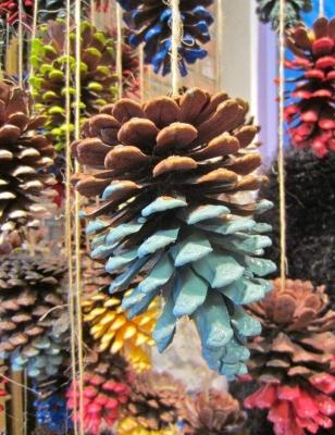 Цветные шишки для украшения окон на Новый год