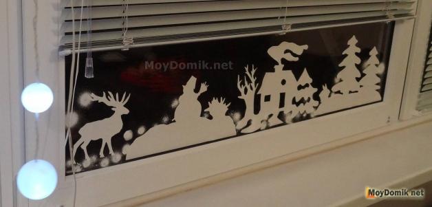 Окно, украшенное к Новому году