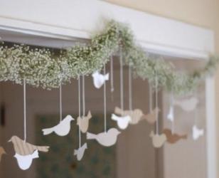 Новогодняя подвеска над окном из бумаги и веток