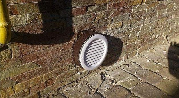 Вентиляционное отверстие в стене подвала