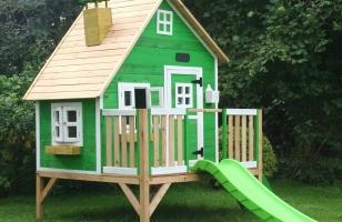 Детский деревянный домик ярко зеленого цвета